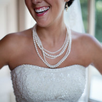 bride-wearing-pearl-necklace